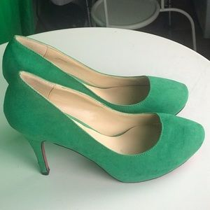 Shoe dazzle Green Pumps with Signature Pink Bottom